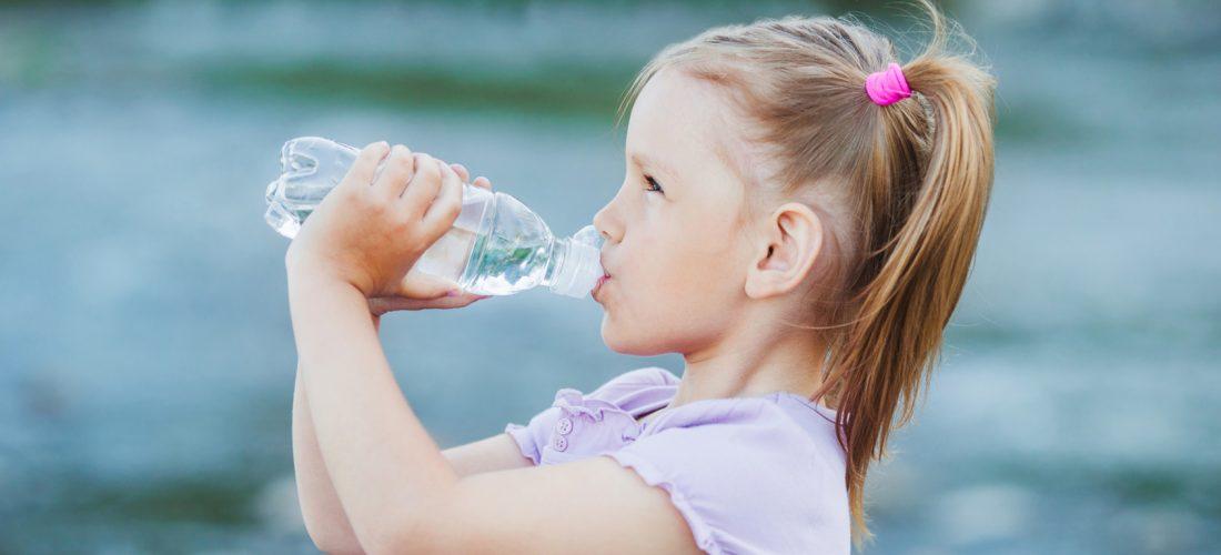Nawadnianie organizmu – dlaczego niedobór wody stwarza zagrożenie dla zdrowia i życia?